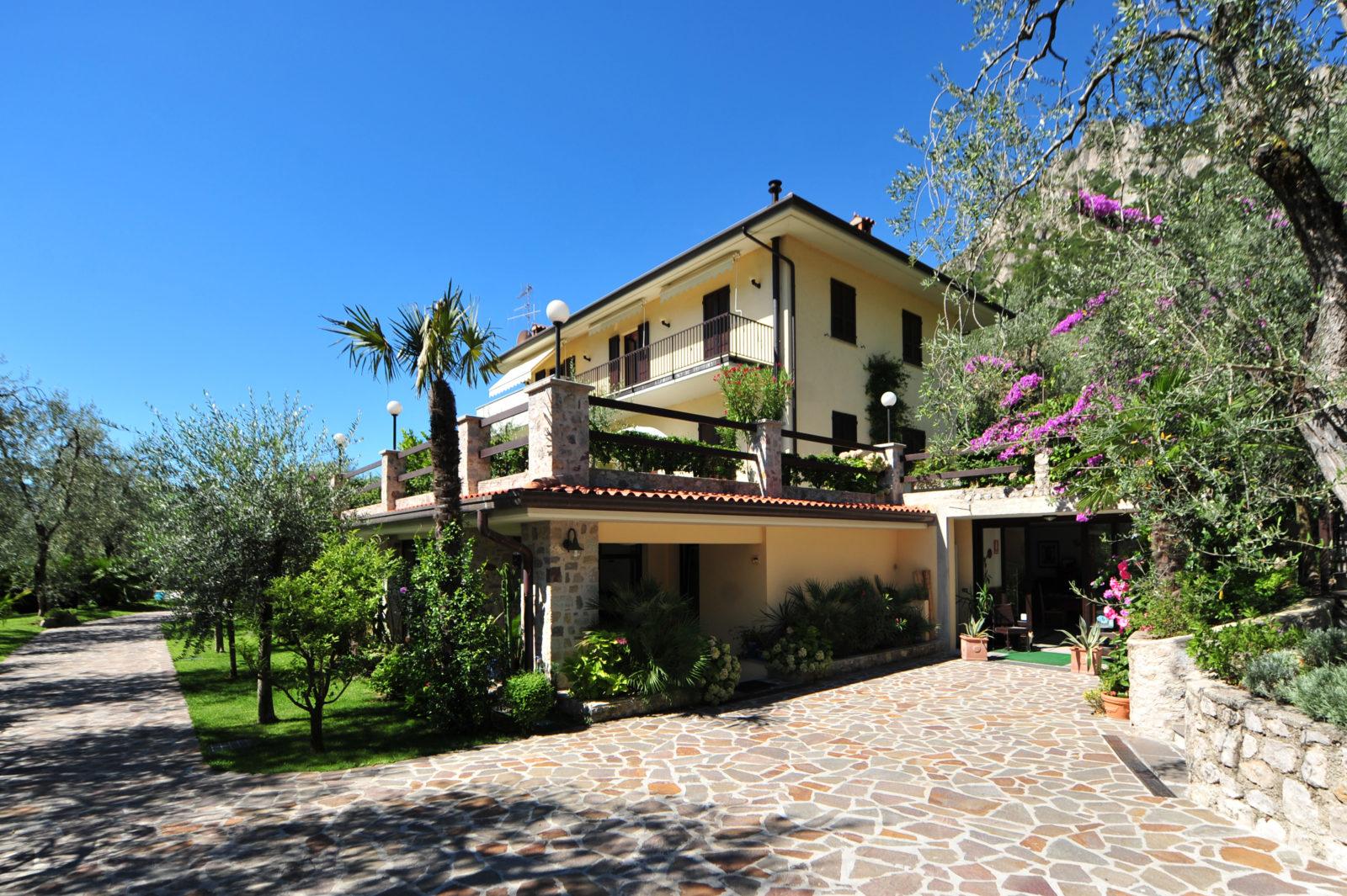 Il residence appartamenti ronchi for Piani di garage con deposito rv
